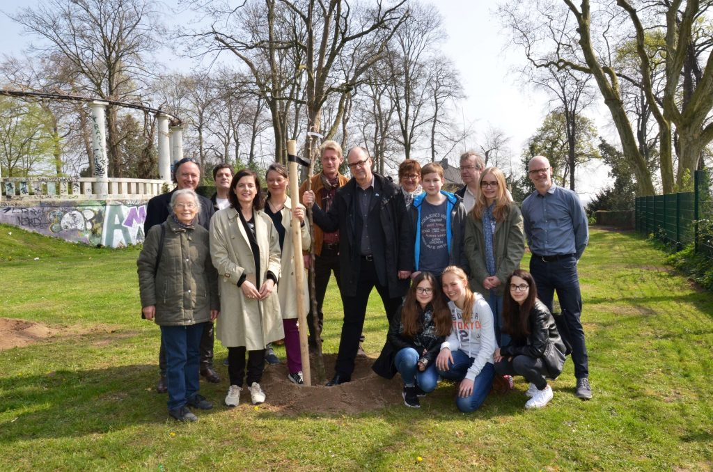 Susanne Titz, Antje Majewski and teachers, school children, activists and other people involved in the apple project in Mönchengladbach, 2015